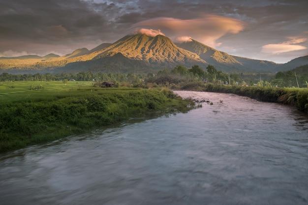 Scenario naturale di montagne e fiumi nella splendida campagna nel pomeriggio nel nord bengkulu, indonesia