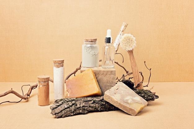Siero naturale, sapone secco e maschere di argilla esposte con pezzi di legno. presentazione di prodotti di bellezza spa ecologici biologici in ambiente naturale dai colori neutri