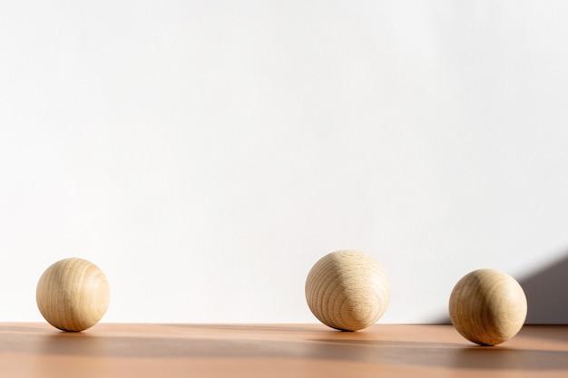 Effetto trendy di sovrapposizione di ombre naturali sul piano del tavolo con superficie marrone. sfondo di presentazione del prodotto cosmetico minimo con decorazioni in legno, ombre e luce dalla finestra.