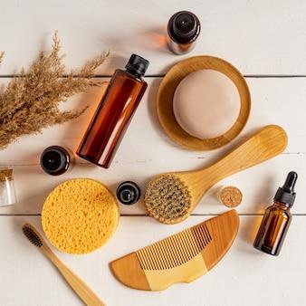 Prodotti naturali per la cura della pelle. zero sprechi, bagno ecologico e accessori spa sul tavolo bianco. luminoso e arioso, vista dall'alto.