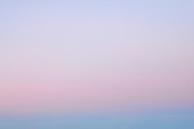 Cielo naturale sfocato sfondo sfumato rosa-blu.