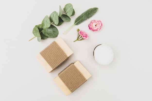 Saponette naturali con oli essenziali ed estratti di piante officinali, sapone naturale fatto a mano