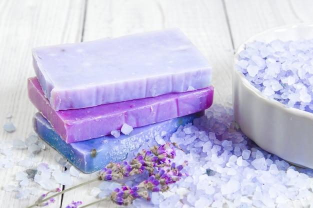 Sapone naturale, lavanda, sale su una tavola di legno, articoli per l'igiene del bagno e spa. concetto di relax.