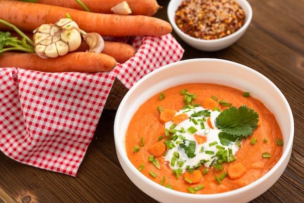 Zuppa naturale a base di carote fresche. con i condimenti.
