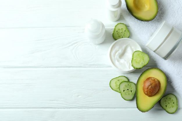 Cosmetici termali naturali sul tavolo di legno bianco