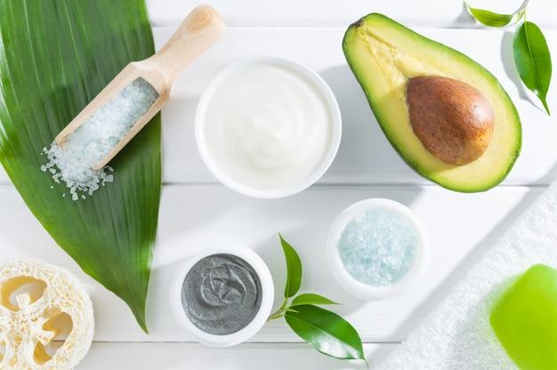 Cosmetici naturali per la cura della pelle spa con avocado.