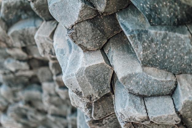 Formazioni di lava di basalto con struttura in pietra naturale come colonne di sfondo naturale tipico islandese