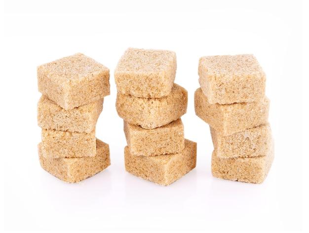 Zollette di zucchero naturale su sfondo bianco