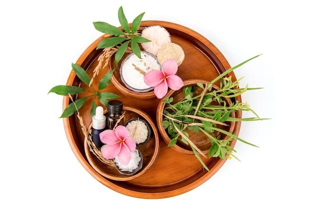 Talco naturale erbe come cleome viscosa, riso al gelsomino, schefflera leucantha, mentolo e olio essenziale per il trattamento della pelle termale isolato su bianco vista dall'alto, piatto laici.