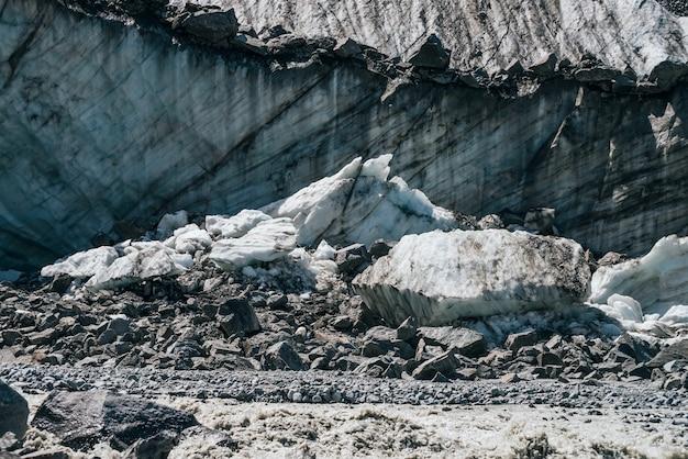 Consistenza naturale della grande parete glaciale con il primo piano di crepacci.