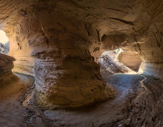 Tunnel naturali e grotte nella valle rossa della cappadocia turchia con la strada all'interno