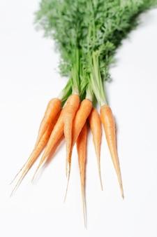 Vista naturale di carote fresche su sfondo bianco. vista ravvicinata.