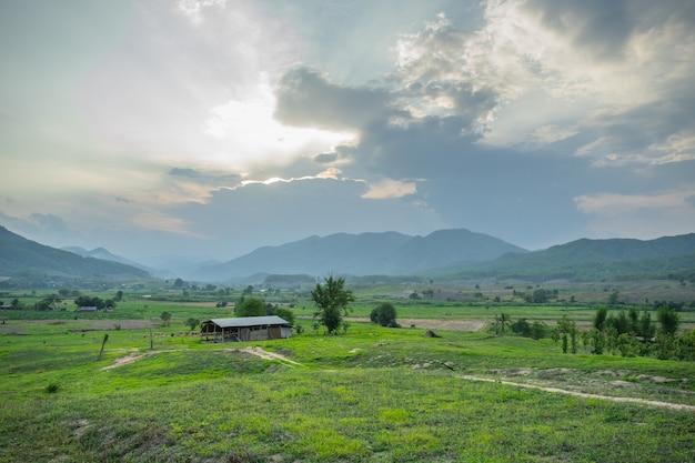 Vista naturale con una piccola capanna la sera a pai, in tailandia