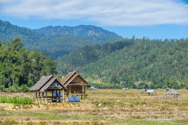 Vista naturale con la piccola capanna a pai, in thailandia