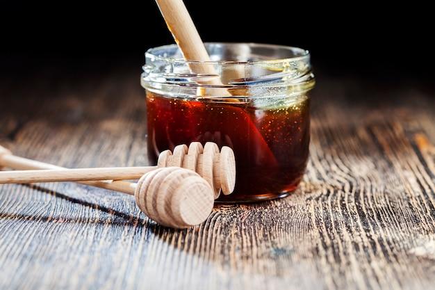 Miele naturale viscoso, che viene prodotto dalle api mellifere, il miele viene confezionato e utilizzato negli alimenti perché contiene una grande quantità di carboidrati ed è utile per la salute umana