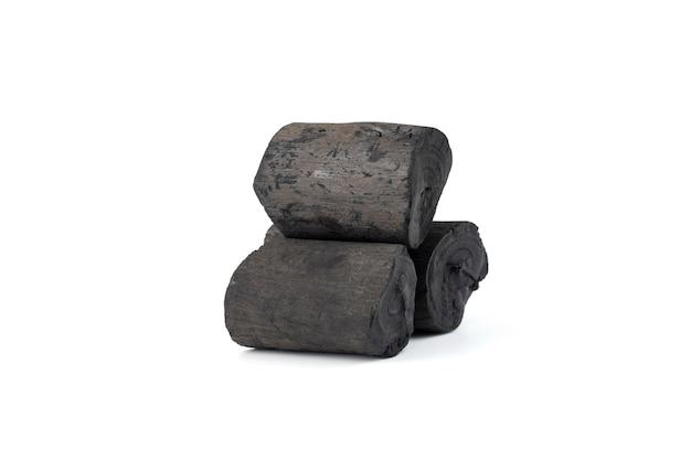 Carbone di legno naturale isolato su sfondo bianco. mucchio di carbone isolato su sfondo bianco.