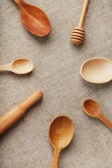Cucchiai di legno naturale in fila su tessuto di tela. materiali naturali naturali. prendersi cura dell'ambiente