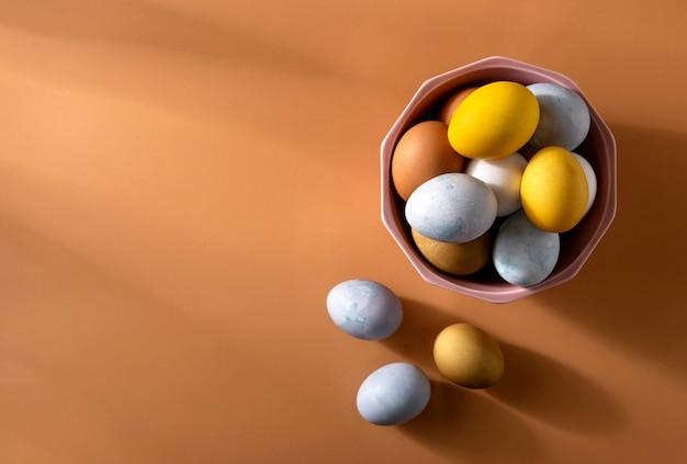Naturalmente uova di pasqua tinte su fondo beige. organico naturale concetto di pasqua.