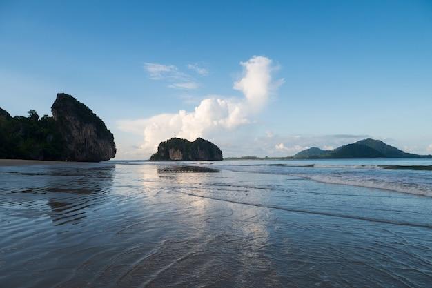 Fondo della natura dell'onda e della costa della spiaggia della spiaggia, isola, cielo blu chiaro con la nuvola e superficie dell'acqua di luce solare per il concetto del paesaggio di stile di vita di rilassamento di festa