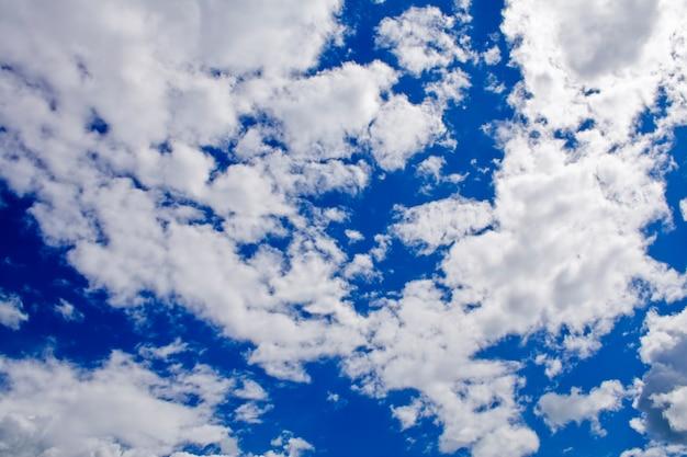 Sullo sfondo della natura. nuvole bianche nel cielo blu
