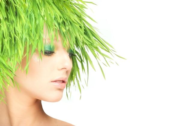 Donna di bellezza della natura con erba fresca invece dei capelli