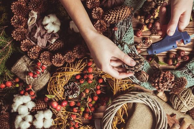 Ghirlanda di componenti naturali - preparazione per realizzare decorazioni eco naturali con pizzo