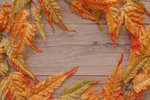 Natura pianta da giardino autunno foglia di felce rossa retrò vintage in legno piatto tavolo modello vuoto sfondo