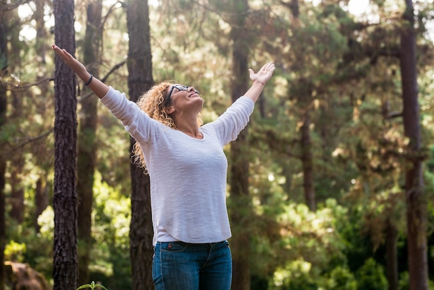 Persone e donne amanti della natura in attività di svago all'aperto