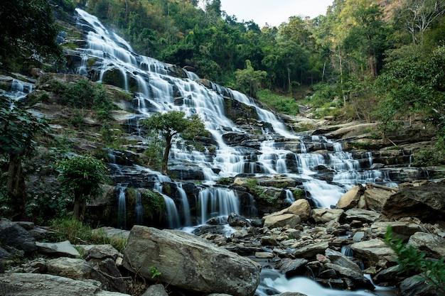 Paesaggio della foresta pluviale della natura della cascata di mae ya in chiang mai.
