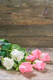 Fondo rustico della natura con i fiori di rosa