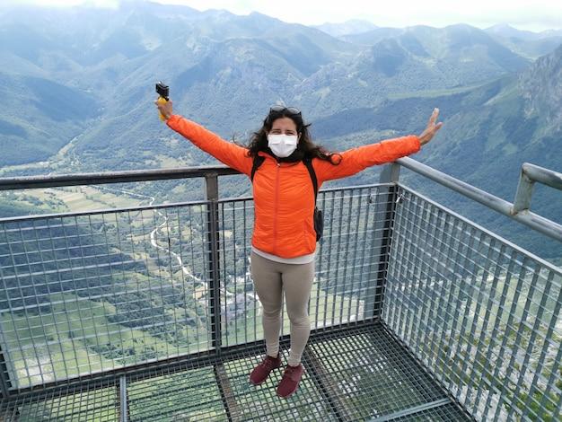 Scena della natura in cima a una montagna vista di una donna che indossa una maschera che arriva con successo