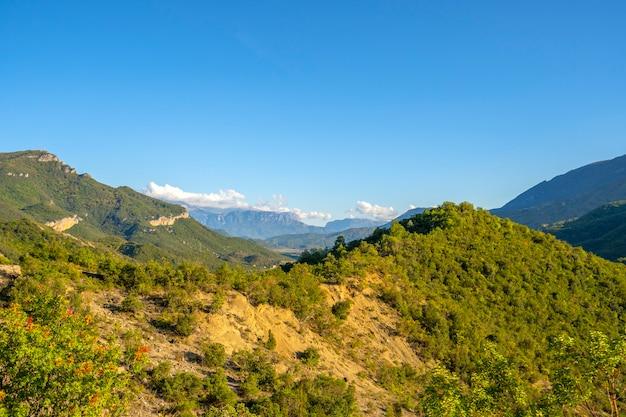 Natura, paesaggio estivo nelle montagne albanesi