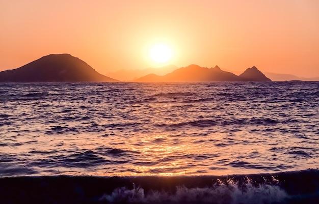 Crepuscolo della natura e concetto di vacanza al mare vintage tramonto estivo sui mari della costa del mar mediterraneo...