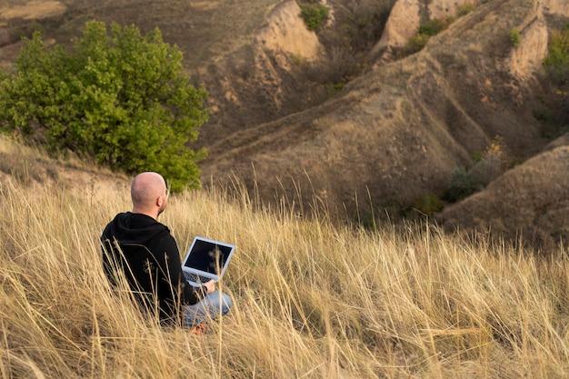 Natura e lavoratore libero professionista con laptop