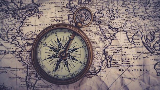 Bussola nautica in ottone sulla mappa