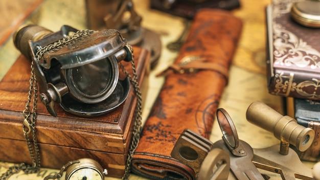 Vecchia collezione di lente d'ingrandimento nautica