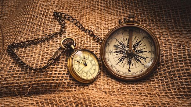 Lente d'ingrandimento nautica e collana di orologi su tela