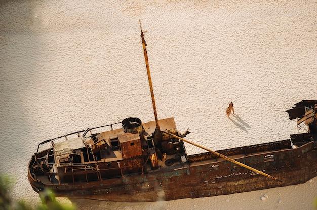 Spiaggia di navagio. baia del naufragio, isola di zante, grecia. vista dall'alto.
