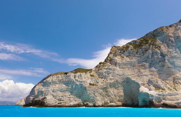 Spiaggia di navagio sull'isola di zante, grecia, giorno d'estate