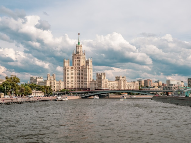 Navigazione sul fiume di mosca. splendide vedute di mosca. ponte ad arco sul fiume di mosca. russia.