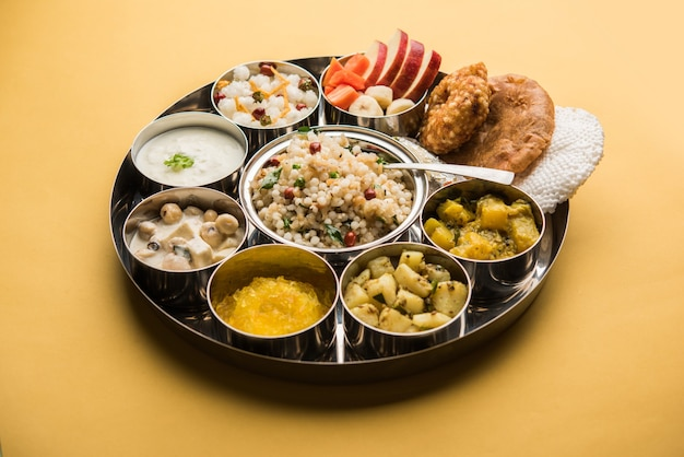 Navratri upwas thali / piatto di cibo a digiuno, messa a fuoco selettiva