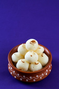 Ndian sweet or dessert - rasgulla in vaso di terracotta