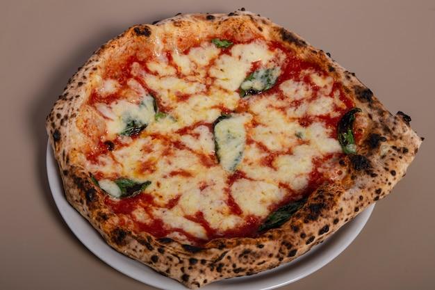 Pizza napoletana artigianale alla margarita vista dall'alto.