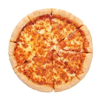 Pizza napoletana margherita con pomodorini e mozzarella isolati su sfondo bianco.