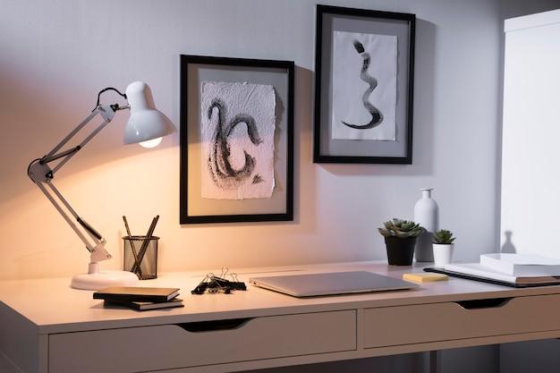 Area di lavoro ordinata e organizzata con laptop