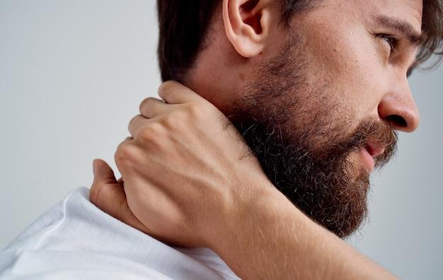 Uomo della colonna vertebrale dolore al collo in t-shirt vista laterale