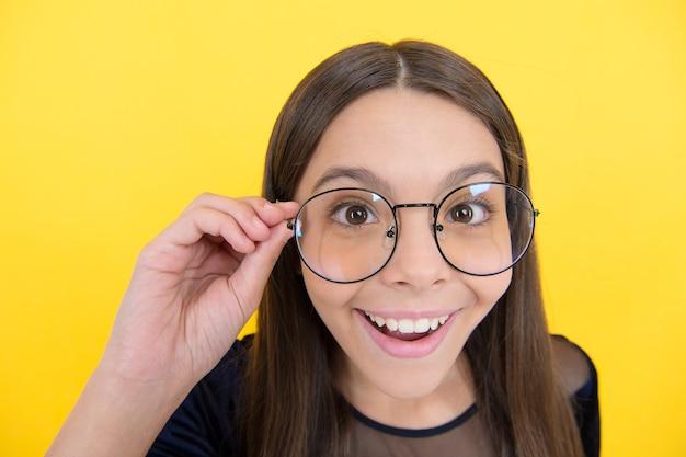 Necessità di migliorare la vista. salute dell'infanzia. ragazza adolescente indossa gli occhiali. esprimere le emozioni umane. bambino dall'aspetto intelligente. accessorio di moda per bambini. concetto di oculista. l'adolescente ha problemi di vista. non c'è modo.