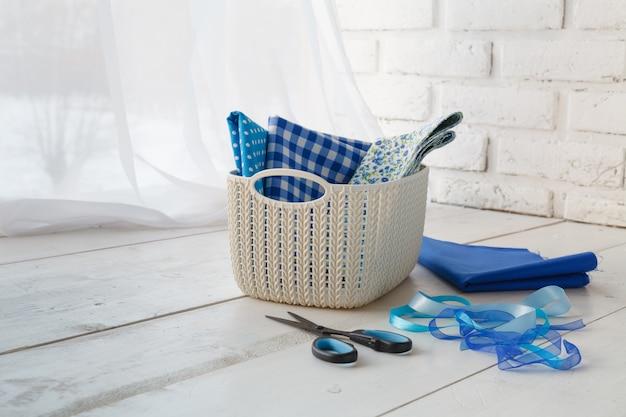 Cucito a mano concetto per il tempo libero, cestini colorati organizzatori domestici con accessori