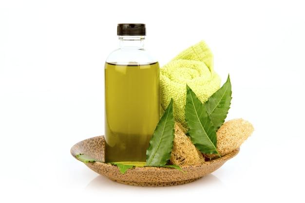 Neem o azadirachta indica foglie verdi e olio isolati su sfondo bianco.