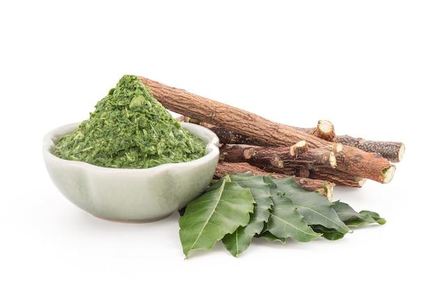 Neem o azadirachta indica, legni ed estratti di foglie verdi isolate.